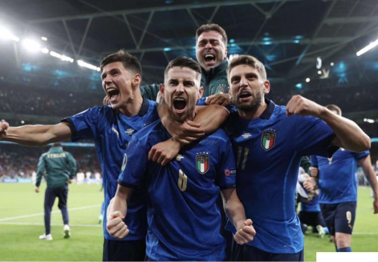 Pemain Italia meluapkan kegembiraan mereka setelah berhasil mengalahkan Spanyol di babak semifinal melalui pinalti dengan skor 4-2 menyusul hasil seri 1-1, Rabu (07/07/2021) di Stadion di Wembley. NET