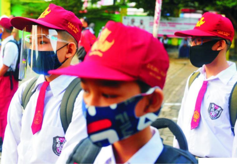 Murid SD yang datang ke sekolah memakai masker. Pemerintah melalui Kementerian Pendidikan dan Kebudayaan RI telah menyiapkan aturan teknis PBM tatap muka untuk daerah zona hijau dan kuning.NET