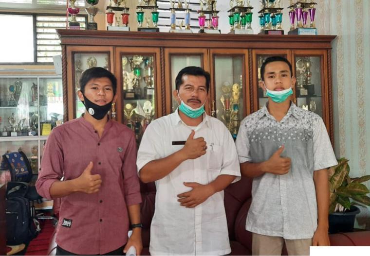 Kepala SMAN 1 Lareh Sago Halaban (LSH) Kabupaten Limapuluh Kota Arizon, M.Pd bersama dengan Ketua OSIS SMAN 1 LSH, M. Rafiz Maulana dan Heridito pengurus OSIS lainnya, Rabu (28/04/2021). ERZ