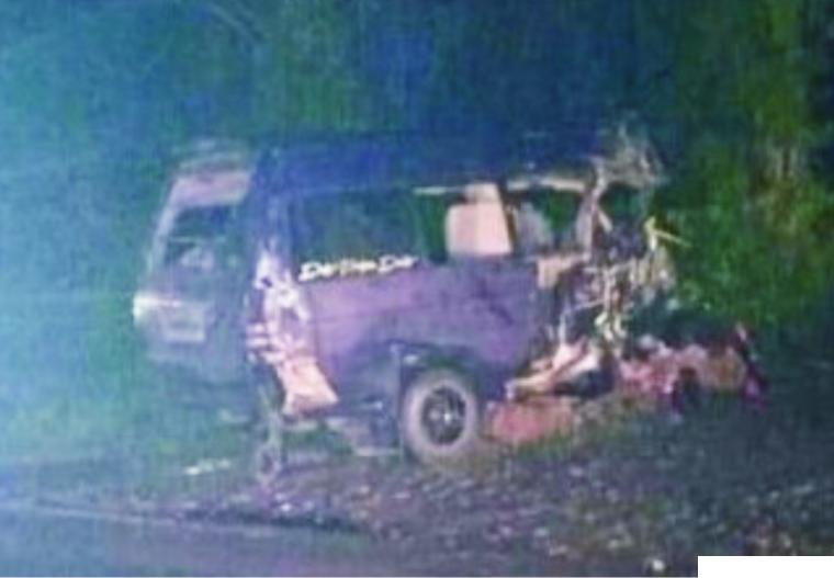 Kondisi  mobil Travel TDE yang rusak parah setelah tabrakan laga kambing dengan truk colt diesel di Sungai Lansek, Sijunjung, Kamis (26/11/2020) pukul 01.00 WIB. JON
