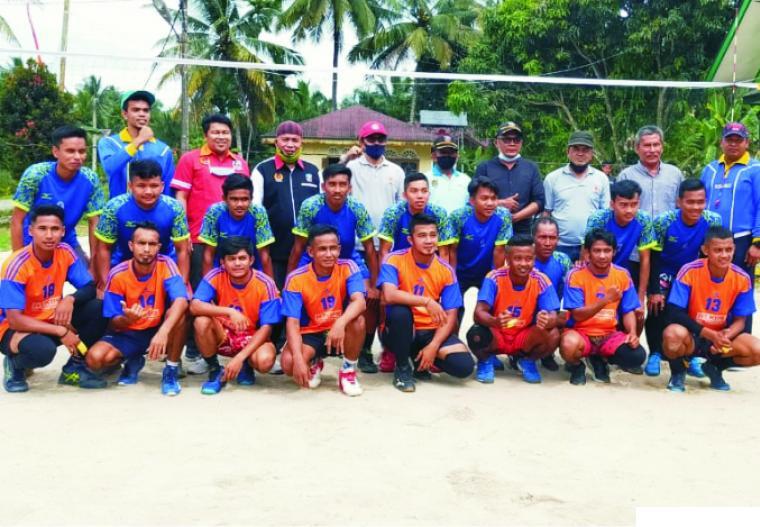 Ketua KONI Dharmasraya H Eri Antoni Dt.Tuamanggung dan Ketua PBVSI Dharmasraya Afrizal Latif, bersama tim Bola Voli. IST