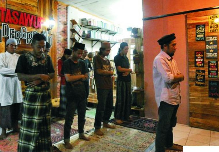 Sejumlah mantan anak punk jalanan melaksanakan Shalat Zuhur berjamaah yang diimami Ustadz Halim Ambiya di Pondok Tassauf Underground, Kompleks Ruko Pasar Cimanggis Ciputat Blok C No.27, Cipatat, Tangerang Selatan yang menjadi tempat penampungan mantan anak punk jalanan. MERDEKA.COM