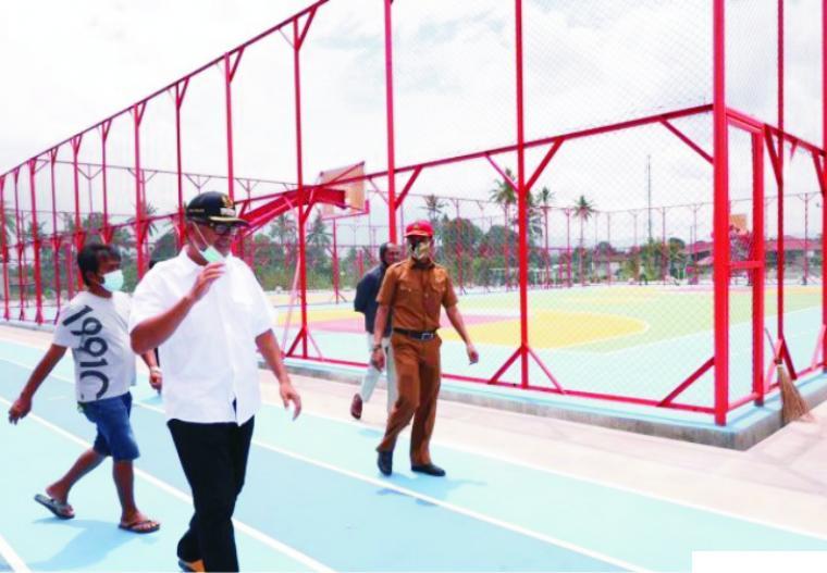 Walikota Riza Falepi saat meninjau proyek Lapangan Olahraga Terbuka di kawasan Padang Kaduduak, Payakumbuh Utara, beberapa hari lalu. Lapangan olahraga terbuka dengan kelengkapan fasilitas pendukungnya akan menjadi salah satu kado istimewa untuk warga kota bertepatan dengan HUT Ke-50 Kota Payakumbuh (17 Desember 2020). HP