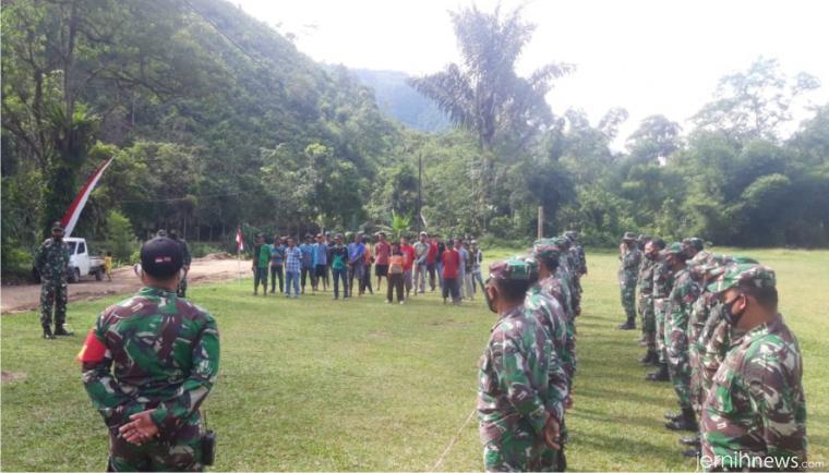 Warga Nagari Talang Maur bersama personel Satgas TMMD ke-111 Tahun 2021 Kodim 0306/50 Kota, Minggu (20/06/2021) pagi di lapangan sepak bola Talang Maur ikut dalam apel sebelum dimulainya kegiatan TMMD hari ini. IST