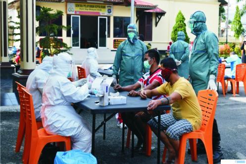 Pemeriksaan atau pengecekan virus corona yang dilaksanakan terhadap jajaran Polres Bukittinggi, Sabtu (11/04/2020). JON