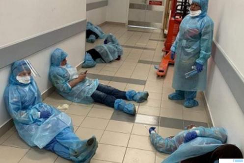 Ilustrasi tenaga medis yang kelelahan menangani kasus pasien corona. NET