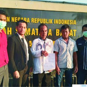 2 Anggota Poktan Serumpun didampingi pengacara melaporkan HS dan S ke Polres Pasbar, terkait dengan penguasaan sertifikat milik mereka oleh terlapor, Senin (01/03/2021). RIZAL