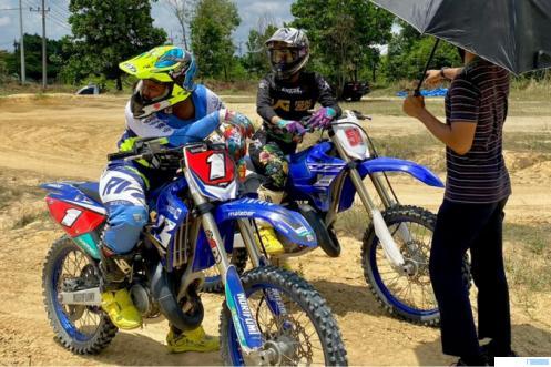 Dua atlet PON Papua Cabang Balap Motor yang berasal dari Dharmasraya saat latihan di  Pekanbaru. IST