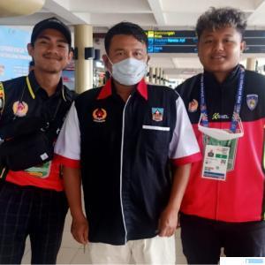 Wakil Ketua KONI Dharmasraya, Rolik, melepas keberangkatan atlet Mottorcross Sumbar asal Dharmasraya menuju PON XX Papua di Bandara Internasional Minangkabau (BIM), Selasa (05/10/2021). IST