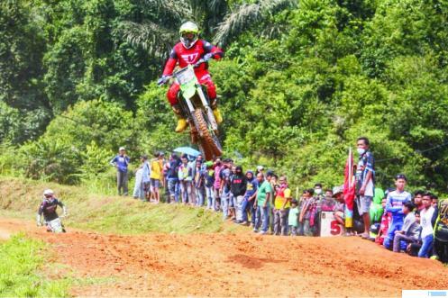 Atlet Motorcross Sumbar asal Dharmasraya yang akan turun pada ajang PON Papua mendatang sedang latihan rutin.DI