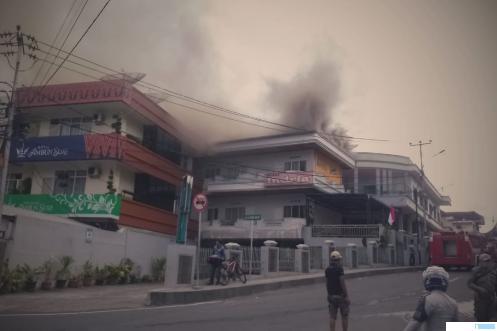 Asap mengepul dari bangunan Hotel Indria yang terbakar di Kota Bukittinggi