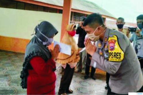 Kapolres AKBP Ferry Suwandi, SIK menyerahkan zakat maal seluruh anggota Polres Solok Kota kepada masyarakat tidak mampu di aula Mapolres Solok Kota. JON