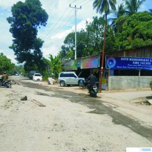 Kondisi jalan di kawasan Tanjung Pauh yang rusak parah akibat sering dilalui kendaraan berat. NITA