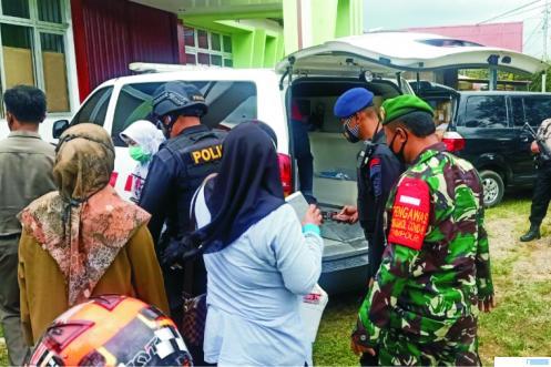 TNI dan Polri mengawal kedatangan 3.120 vaksin Covid-19 tiba di Kota Solok, Jumat (29/01/2021). JON