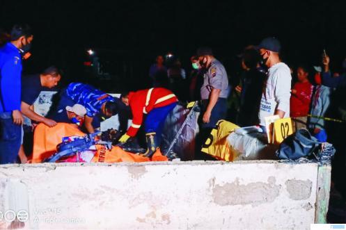 Polisi dan petaugas lainnya melakukan evakuasi terhadap jenazah empat warga yang tewas dalam peristiwa kebakaran yang sungguh tragis di Pasaman Barat, Sabtu (31/10/2020) pukul 02.30 WIB. RIZAL