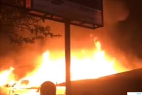 Kebakaran di dekat Simpang Empat Tanjungpati, Kecamatan Harau, Jl. Raya Payakumbuh-Pekanbaru, Senin (02/08/2021)pukul 19.15 WIB  yang menghanguskan lima unit bangunan yang terdiri dan rumah dan toko. IST/FB