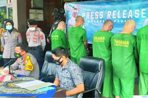 Kapolresta Padang, AKBP. Imran Amir memberikan keterangan pers soal penangkapan 5 orang kawanan pembobol data nasabah bank jaringan internasional, Jumat (23/10/2020) di Mapolresta Padang. TNS