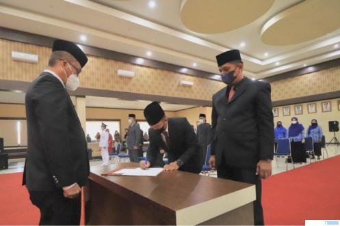Sekda Kota Payakumbuh Rida Ananda saat melantik 51 pejabat di lingkungan Pemko Payakumbuh, Jumat (30/07/2021) di Balai Kota Payakumbuh. IST