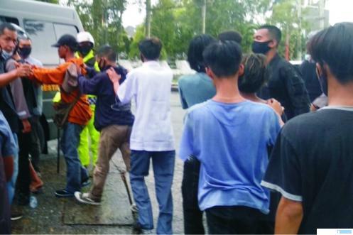 Pendemo yang diamankan Polres Padang saat unjuk rasa sempat diwarnai rusuh di Kantor DPRD Sumbar, Kamis (08-10/2020) . net