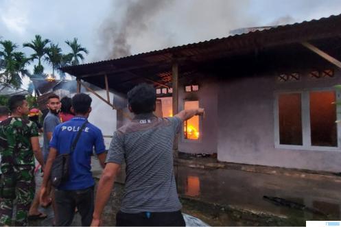 Satu unit rumah terbakar di Kota Payakumbuh, Rabu (28/04/2021) pukul 17.50 WIB. Api diduga berasal dari kembang api yang dimainkan anak-anak di rumah itu. Untung petugas Damkar Kota Payakumbuh bergerak cepat sehingga tidak seluruh bagian rumah yang terbakar. PG