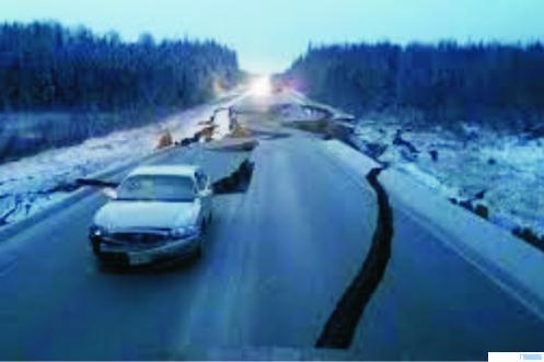 Jalan di Alaska rusak berat akibat gempa. Ini adalah akibat gempa beberapa waktu lalu. Pada Senin (19/10/2020) Alaska kembali diguncang gempa berkekuatan 7,5 SR dan juga tsunami. NET
