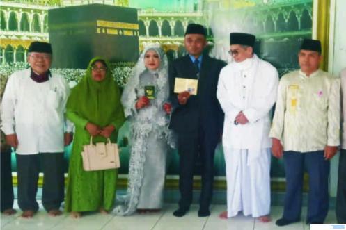 Rizky dan Fitri (mualaf) bersama dengan H Boy Lestari dan Prof. Dr. Sufyarma setelah pernikahan keduanya, Jumat (03/04/2020) di Ulak Karang, Padang. WANDI