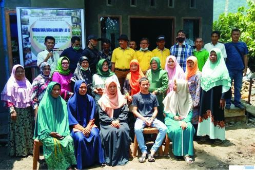 Alumni SMPN 1 Dangung-Dangung Kabupaten Limapuluh Kota saat selamatan selesainya rehab bangun rumah Sudirman, rekan mereka sesama alumni. IST