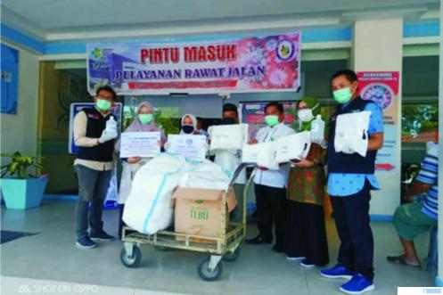 Proses serahterima sumbangan APD dari alumni UNP kepada manajemen RSUP M.Djamil Padang, Jumat (03/04/2020). IST