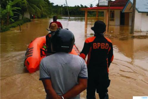 Petugas BPBD Agam dan warga memberikan pertolongan kepada warga yang korban banjir, Minggu (05/04/2020). IST