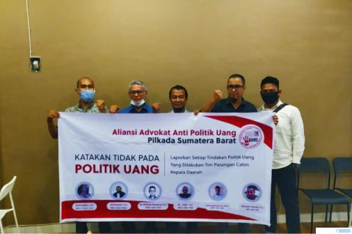 Para Presidium Asosiasi Advokat Anti Politik Uang Pilkada Sumbar, Selasa (01/12/2020) di Padang. IST