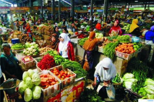 Kegiatan jual beli di Pasar Sembako. NET