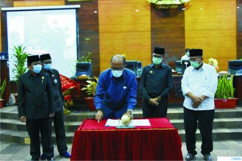 Ketua DPRD Sumbar Supardi menandatangani APBD Sumbar 2021 yang disaksikan oleh Gubernur Sumbar Irwan Prayitno, Rabu (25/11/2020) di DPRD Sumbar. IST
