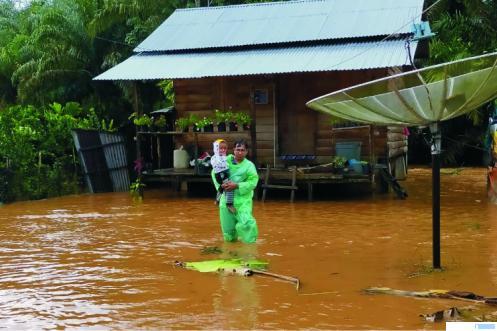 Rumah warga terendam banjir akibat luapan aliran Sungai Anak Aie Tonang  di Jorong Muara Kiawai, Kabupaten Pasaman Barat (Pasbar), Selasa (25/08/2020). Warga minta perhatian Pemkab Pasbar. RIZAL