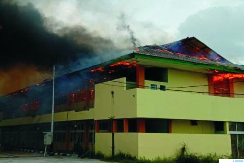 Api membakar Gedung Kampus UMSB di kawasan Pasir Kandang, Kecamatan Koto Tangah, Kota Padang, Kamis (30/04/2020). Api diduga dari korsleting listrik. IST