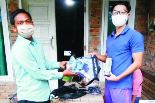 Pengurus PRSI Sumbar, Muji, menyerahkan alat bantu latihan untuk atlet renang Sumbar yang akan turun di PON Papua. DI