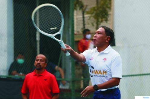 Menpora Zainudin Amali, Jumat (12/6) bermain tenis lapangan bersama Asisten Deputi Menpora Maifrizon yang juga alumni UNP. IST