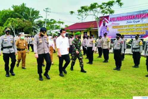 Kapolres Dharmasraya AKBP Aditya Galayudha Lubis, menjadi inspektur upacara pergeseran anggota Polres Dharmasraya dalam rangka Pilkada tahap pemilihan, di halaman Polres Dharmasraya, Senin (07/12/2020). DI