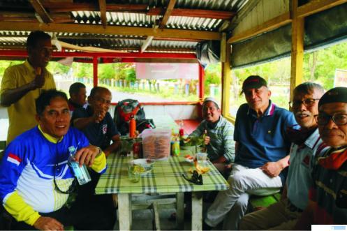 Aufa Hasra (paling kanan), pensiunan guru olahraga SMKN 2 dan SMKN 1 Payakumbuh (1980-2014) saat bersama Syafril Nita, pesiunan guru olahraga yang juga wartawan dan mantan Walikota Payakumbuh Josrizal Zain dan mantan Ketua DPRD Payakumbuh Jendrial serta lainnya dalam sebuah acara. IST