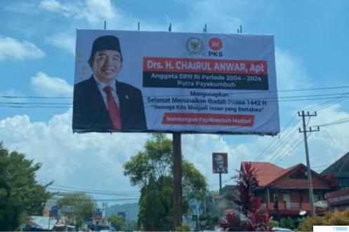 Baliho ucapan selamat menunaikan ibadah puasa, Drs. H. Chairul Anwar, Apt, anggota DPR RI Fraksi PKS dari Dapil Riau yang dipasang di Jl. Soekarno Hatta, Koto Nan IV, Kota Payakumbuh sejak awal April 2021. IST
