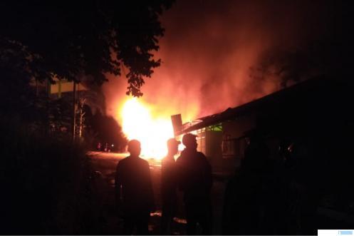 Suasana saat api melahap bangunan laundry putri Ponpes Ar Risalah di Air Dingin, Lubuak Minturun, Kecamatan Koto Tangah, Kota Padang, Jumat (28/05/2021) pukul 21.00 WIB. IST