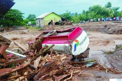 Sejumlah rumah dan kendaraan rusak akibat banjir bandang di Desa Waiburak, Kecamatan Adonara Timur, Flores Timur, NTT, Minggu (04/04/2021) pukul 01.00 WIT. CNN