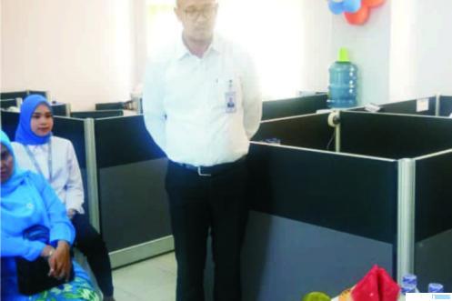 Pimpinan Cabang Bank BRI Simpang Empat Pasbar, Affandi Ahmad mensosialisasikan kepada karyawannya tentang standarisasi pencegahan corona yang diterapkan di lingkungan Kantor Cabang Bank BRI Simpang Empat, Selasa (24/03/2020)
