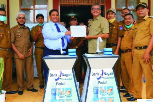 Walikota Payakumb uh Riza Falepi menerima bantuan CSR dari Bank Nagari berupa 10 unit wastafel, Senin (08/02/2021) di Payakuimbuh. HUMAS PAYAKUMBUH
