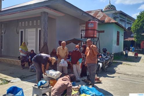 Warga nasabah Bank Sampah Panca Daya (BS PD) 11 RW 06 Taratak Paneh Kelurahan Korong Gadang Kecamatan Kuranji Kota Padang, menyetorkan sampah yang telah dipilah. Meski baru berusia sebulan, namun geliat bank sampah ini semakin terasa. IST
