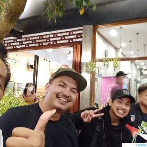 Teddy Deska Putra diapit pembalap Motocross Sumbar asal Dharmasraya dan Manager Tim Supardi di Merauke, Papua. IST