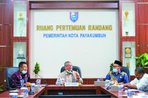 Walikota Payakumbuh Riza Falepi menerima kunjungan Ketua DPRD Kabupaten Bengkalis Khairul Umam dan rombongan di Balai Kota Payakumbuh, Kamis (04/02/2021). HUMAS