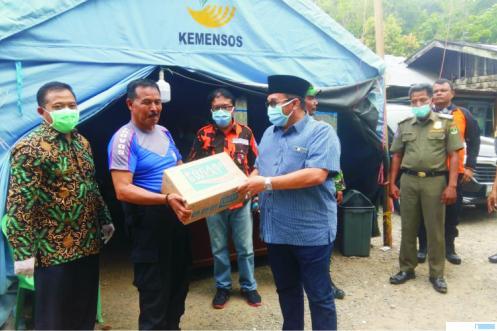 Anggota DPRD Sumbar, H. Benny Utama, SH, MM menyerahkan bantuan kepada petugas posko, saat mengunjungi posko penanganan covid-19 di perbatasan Sumbar-Sumut, Kamis (16/04/2020). IST