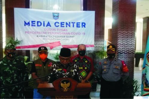 Bupati Pasbar Yulianto yang juga Ketua Gugus Tugas Percepatan Penanganan Covid-19 Pasbar mengumumkan 2 orang orang ASN Pemkab Pasbar yang positif corona, akhir pekan ini. RIZAL