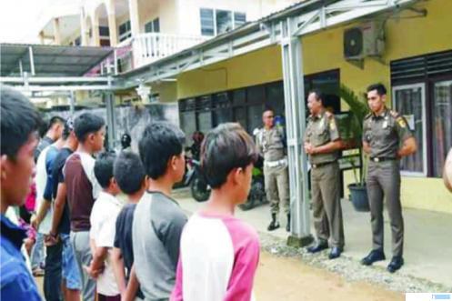 Para pelajar Kota Solok yang diamankan diberi pengarahan oleh Satpol PP, Senin (23/03/2020), JON