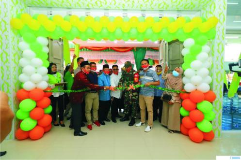 Pengguntingan pita tanda peresmian Grand Opening, Fast Mart Payakumbuh, Jumat (25/09/2020). IST